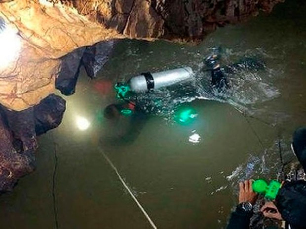 Cave Diving Specialists Rescue 12 Thai Children - Dressels