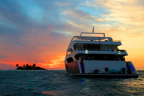 Maldives liveaboard diving - dusk