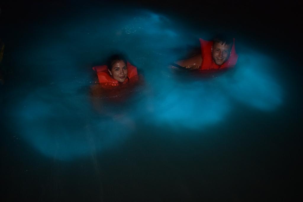 glistening waters in jamaica - couple having fun - laguna luminosa en jamaica - pareja disfrutando